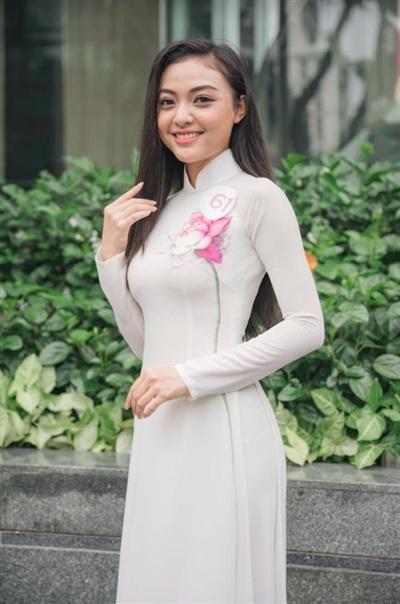Ở những bức hình được đăng tải trên MXH, Trần Em Bi trông khá xinh xắn và thuần khiết. Tuy nhiên, loạt ảnh tại vòng sơ khảo vô tình để lộ khuyết điểm của cô nàng vì nụ cười