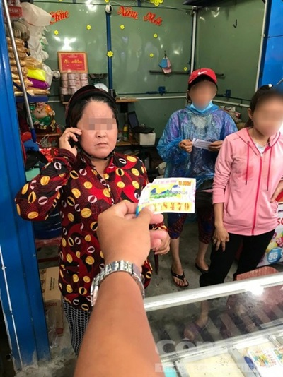 Người phụ nữ và tờ vé số trúng giải nhì đài Tiền Giang.