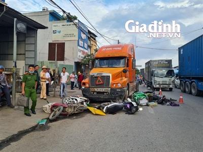 Hiện trường vụ TNGT liên hoàn giữa xe đầu kéo với 7 xe máy