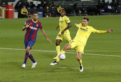 Pau Torres đá phản lưới nhà trước sức ép từ Sergio Busquets
