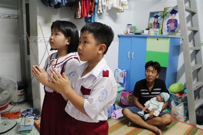 Nhìn 2 đứa con lớn thắp hương lên bàn thờ vợ, anh Luân không cầm được xúc động