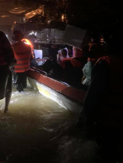 Lực lượng cứu hộ khẩn trương cứu giúp những gia đình bị mắc kẹt do lũ (Ảnh: Quảng Trị 24h)