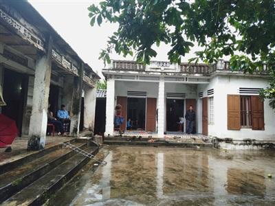 Từ sáng sớm, căn nhà ông Nuôi và chị Bích chật kín người đến thăm hỏi, động viên khi nghe tin Thiếu tá Bùi Đình Toản đang mất tích trong vụ núi lở vùi lấp ở Quảng Trị.