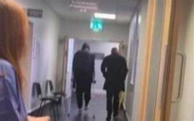 Hình ảnh Van Dijk chống nạng trong bệnh viện