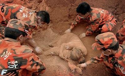 Thi thể mẹ con được tìm thấy sau vụ động đất tại Trung Quốc tháng 8/2008. (Ảnh: Daily Mail)