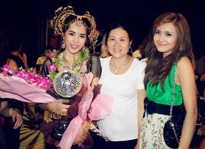 Hình ảnh bà Hồ Thị Tuệ và hot girl Khánh Chi đến ủng hộ Thủy Tiên tại cuộc thi 'Bước nhảy hoàn vũ'.
