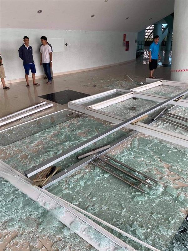 Bể kính ở cung thể thao Tuyên Sơn