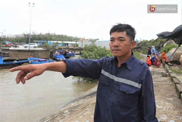 Ông Ngô Minh Mười đau xót nhìn ô lồng bè bị bão đánh chìm (Ảnh: Hà Nam)
