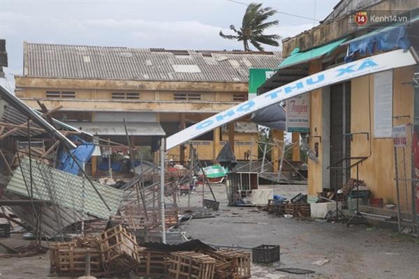 Khu chợ tan hoang sau cơn bão (Ảnh: Văn Tiên)
