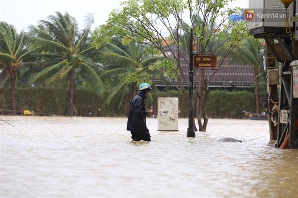 Nước ngập ngang đùi người đàn ông (Ảnh: Ngọc Thắng)