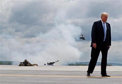 Tổng thống Donald Trump quan sát cuộc diễn tập của binh lính Mỹ tại Pháo đài Drum, New York vào ngày 13/8/2018. Ảnh: Reuters