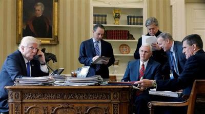 Tổng thống Donald Trump cùng Chánh văn phòng Reince Priebus, Phó Tổng thống Mike Pence, Cố vấn cấp cao Steve Bannon, Giám đốc Truyền thông Sean Spicer và Cố vấn An ninh Quốc gia Michael Flynn, nói chuyện qua điện thoại với Tổng thống Nga Vladimir Putin tại Phòng Bầu dục vào tháng 1/2017. Ảnh: Reuters