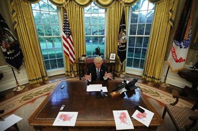 Tổng thống Donald Trump phát biểu trong cuộc phỏng vấn báo chí tại Phòng Bầu dục vào ngày 27/4/2017. Ảnh: Reuters