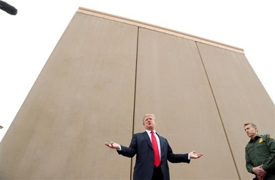 Tổng thống Donald Trump phát biểu khi tham quan các nguyên mẫu bức tường biên giới Mỹ-Mexico gần cảng nhập cảnh Otay Mesa ở San Diego, California vào ngày 13/3/2018. Ảnh: Reuters