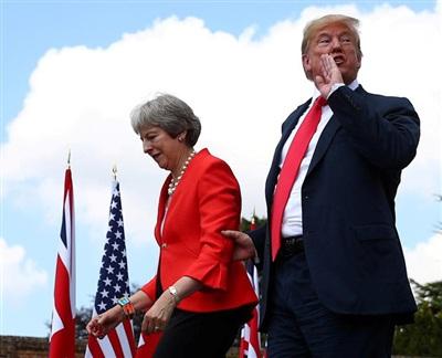 Thủ tướng Anh Theresa May và Tổng thống Donald Trump rời đi sau khi tổ chức một cuộc họp báo chung ở vùng ngoại ô Checkers (Anh) vào ngày 13/7/2018. Ảnh: Reuters