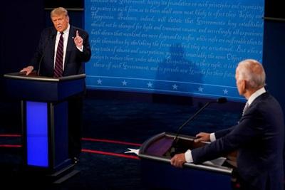 Tổng thống Donald Trump và ứng cử viên tổng thống đảng Dân chủ Joe Biden tham gia cuộc tranh luận trực tiếp đầu tiên trong khuôn khổ bầu cử Mỹ 2020 tại Ohio ngày 29/9/2020. Ảnh: Reuters