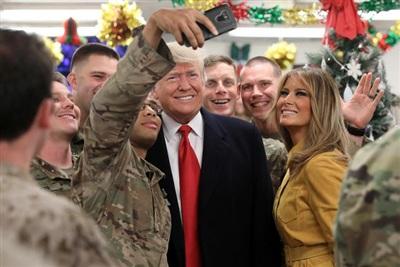 Tổng thống Donald Trump và Đệ nhất phu nhân Melania Trump chụp hình cùng các quân nhân Mỹ trong chuyến thăm không báo trước tới Căn cứ Không quân Al Asad, Iraq vào ngày 26/12/2018. Ảnh: Reuters