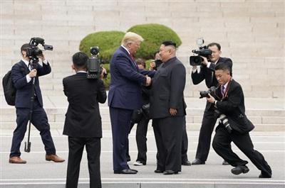 Tổng thống Donald Trump gặp nhà lãnh đạo Triều Tiên Kim Jong Un tại khu phi quân sự biên giới liên Triều vào ngày 30/6/2019.