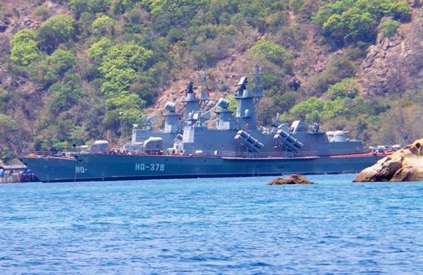 Một chiếc tàu của Hải quân Việt Nam neo đậu ở khu vực quân cảng Cam Ranh (Ảnh: Lê Quân)