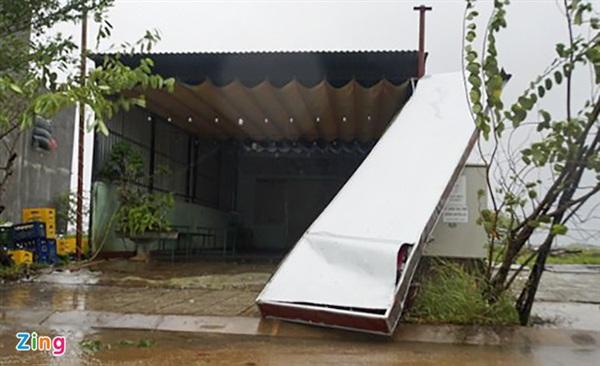Gió giật mạnh khiến nhiều bảng hiệu ở xã Bình Nguyên, huyện Bình Sơn, bị hỏng nặng. Ảnh: M.Hoàng.