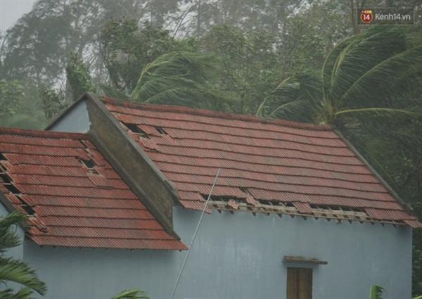 Mưa lớn kèm gió giật mạnh khiến nhiều mái ngói bị thổi bay (Ảnh: Hà Nam)