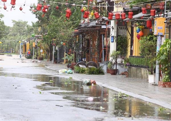 Cả khu phố xác xơ do ảnh hưởng của bão số 9 (Ảnh: Ngọc Thắng)