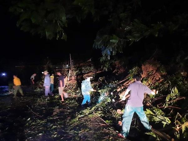 Các lực lượng nỗ lực dọn dẹp cây cối thông tuyến lên Bắc Trà My. Ảnh: Đ.Q/Báo Quảng Nam