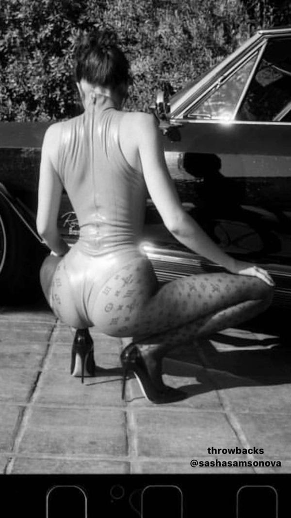 Em gái chân dài nhà Kardashianlà siêu mẫu đắt giá nhờ sở hữu thân hình chuẩn mực và vòng eo con kiến nhỏ xíu.
