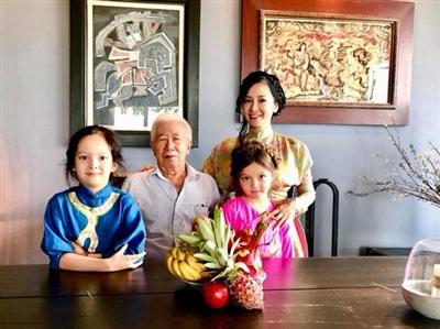 Hồng Nhung đang tận hưởng cuộc sống bình yên bên gia đình. Dù gặp nhiều trắc trở trong đời tư nhưng Hồng Nhung vẫn giữ được vẻ đẹp lẫn giọng hát cuốn hút khán giả.