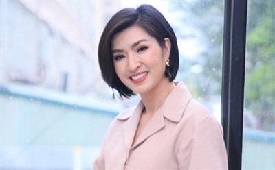 Trùng tên khác họ với 'Bống' Hồng Nhung, Hồng Nhung hải ngoại cũng có đường tình duyên lận đận. Cô được biết đến vào năm 2004 khi tham gia cuộc thi Sao Mai - Điểm hẹn của VTV3 và là một gương mặt khá ấn tượng tại giải. Sau đó, Hồng Nhung vướng vào scandal lộ ảnh nhạy cảm. Ở thời điểm ấy, cô gặp nhiều khó khăn trong sự nghiệp và rời khỏi Việt Nam sang Mỹ.