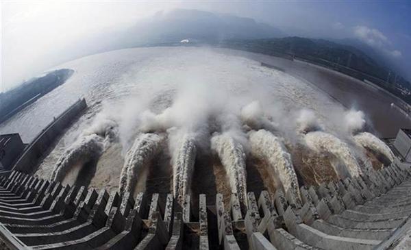 Đập Tam Hiệp xả nước. Ảnh: Xinhua