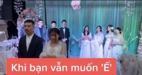 Cô dâu chú rể hồi hộp tung hoa cưới. Ảnh cắt từ clip.