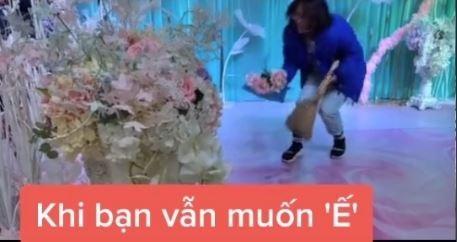 Thậm chí một cô gái còn hót hoa cưới vào sọt rác. Ảnh cắt từ clip.