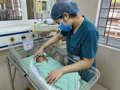 Ngày 16/6, tiên lượng của bé vẫn nguy kịch, tiếp tục phải thở máy, chăm sóc da, điều trị nhiễm trùng máu - Ảnh: VTV News