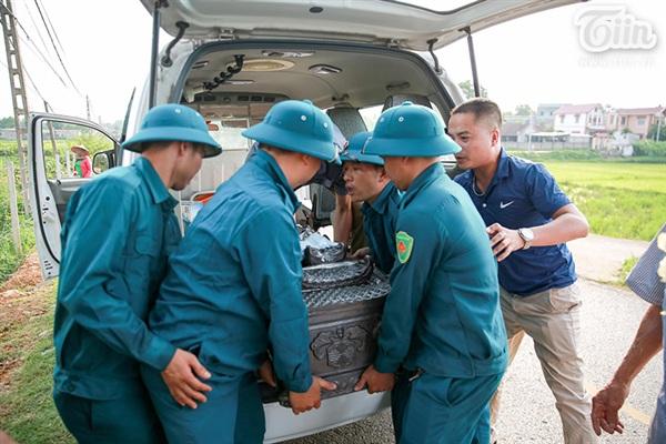 Xe y tế chở linh cữubé An từ bệnh viện về đến xã Thanh Mỹ...