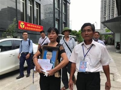 Người thân mang di ảnh nam sinh chạy grab bị sát hại dã man ở Hà Nội đến phiên tòa.