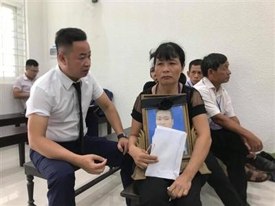 Luật sư Nguyễn Anh Thơm và người nhà bị hại.