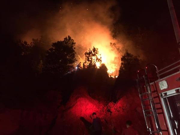 Hàng nghìn người gồm nhiều lực lượng đang có mặt tại hiện trường để dập lửa cứu rừng.