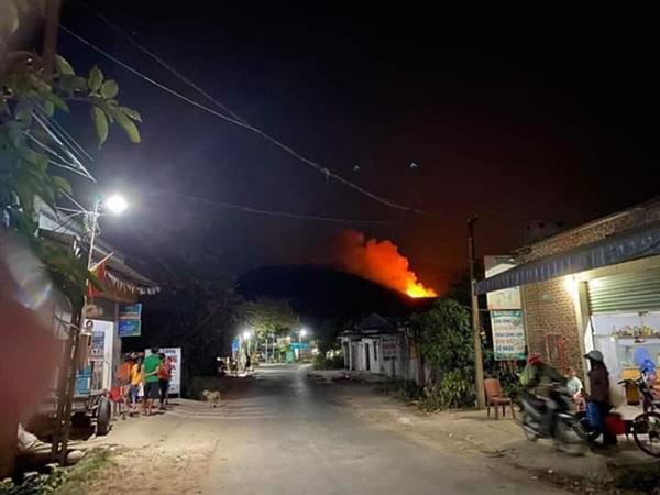 Khu vực cháy rừng nằm sát khu vực dân cư nên hơn 200 hộ dân đã được di dời khẩn cấp trong đêm.