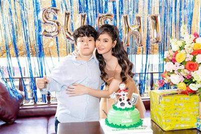 Mới đây, Trương Quỳnh Anh tổ chức sinh nhật cho con trai. Qua đó, cô hạnh phúc chia sẻ cuộc sống làm mẹ đơn thân hạnh phúc của mình.
