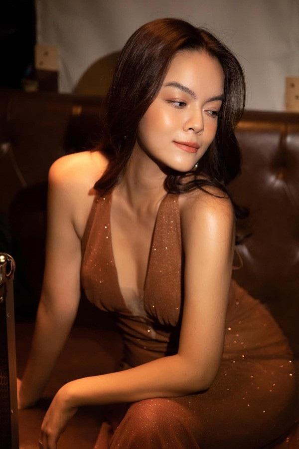 Phạm Quỳnh Anh sinh năm 1984, nổi tiếng ở Hà thành khi tham gia ban nhạc 'Sắc màu'. Sau đó, nữ ca sĩ tuổi Tý Nam tiến để phát triển sự nghiệp. Sự nghiệp của Phạm Quỳnh Anh phát triển rực rỡ nhất khi cô vào nhóm 'HAT'. Nhiều ca khúc của nhóm phù hợp với giới trẻ. Cô nhanh chóng nâng tên tuổi và trở thành ngôi sao của làng giải trí lúc bấy giờ.