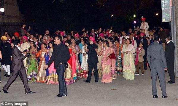 Là một trong những gia đình giàu nhất thế giới, nên đám cưới của Shristi Mittal, con gái của tỷ phú Pramod Mittal được tổ chức hoành tráng, xa xỉ, chi phí lên đến 50 triệu bảng.