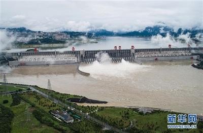 Đập Tam Hiệp lần đầu tiên xả lũ trong năm 2020, nhằm giảm áp lực từ lượng mưa lớn ở thượng nguồn. Ảnh: Tân Hoa Xã