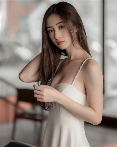 Với một người đẹp làm việc trong ngành giải trí như Jun Vũ thì cô nàng liên tục ghi điểm nhờ biết cách lựa đồ đúng đắn.