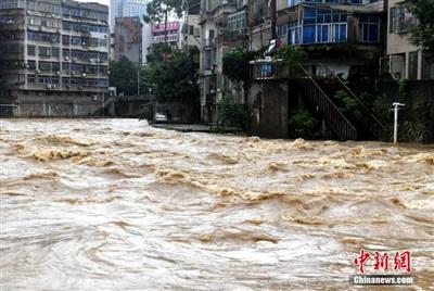 Biển nước màu vàng ảnh hưởng nghiêm trọng tới đời sống người dân Trung Quốc. Ảnh: Chinanews