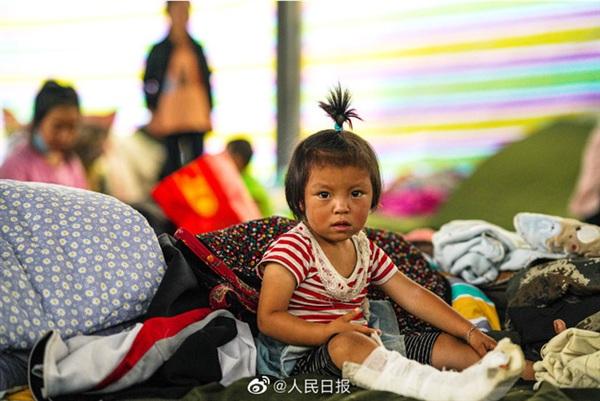 Một em bé bị thương trong cơn lũ.