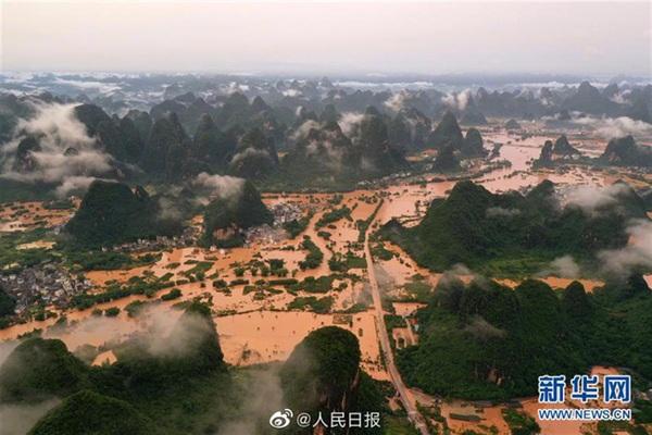 Sau hơn 30 ngày mưa to, nhiều tỉnh thành Trung Quốc bị ảnh hưởng nặng nề.