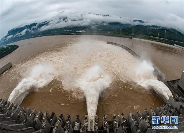 Đập Tam Hiệp mở 3 cửa xả nước.