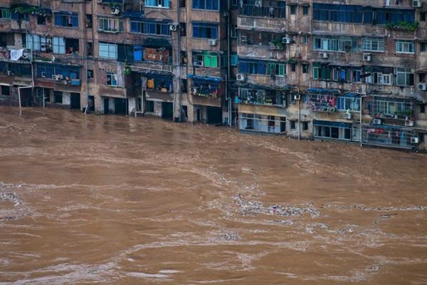 Một khu dân cư chìm trong lũ ở quận Kỳ Giang thuộc TP Trùng Khánh, Tây Nam Trung Quốc.