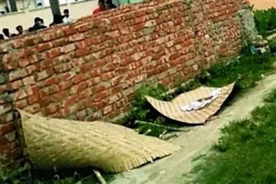 Thi thể bé gái 3 tuổi bị bỏ bên vệ đường sau khi bị quật mộ. Ảnh: Dhaka Tribune